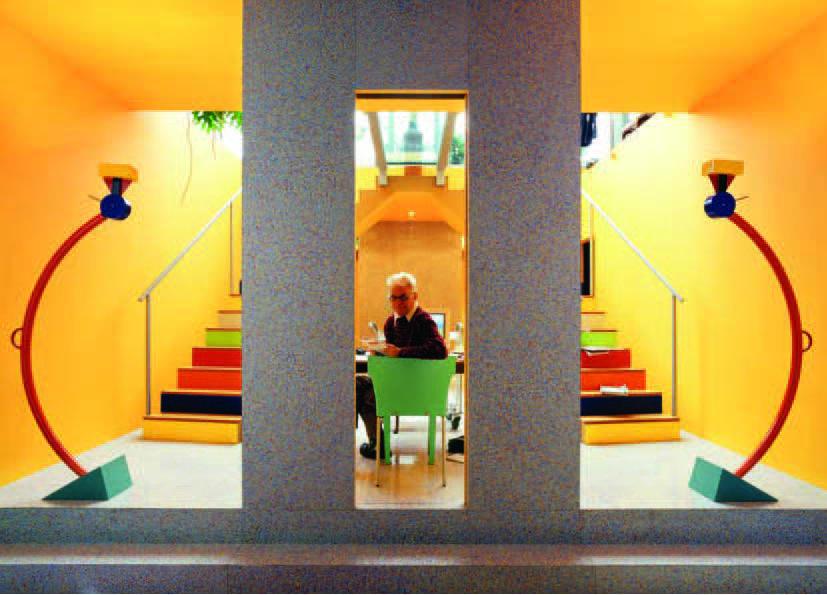 Frans Haks aan zijn bureau in zijn studio aan de Recht Boomssloot 41 in Amsterdam, foto Alberto Ferrero (uit: M. Vercelloni, 'Una casa per il design', Interni 2003)